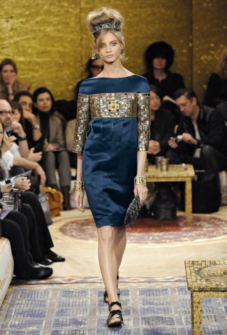 裝飾著耀眼亮片與寶石的湖水深藍小禮服,非常有特色。圖/Chanel提供