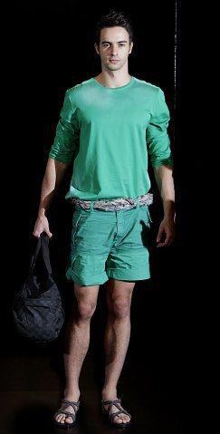 LV春夏男裝融合旅行間各種文化衝擊,如亞馬遜河叢林般的顏色,絲巾當成腰帶是穿著上...