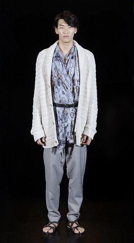 絲巾是畫龍點睛的搭配,上面有刺青與各式中國圖騰。圖/LV提供