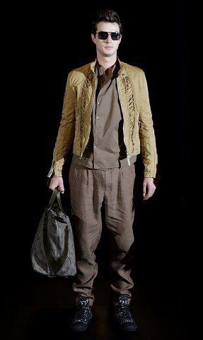 LV春夏男裝打造帥氣男性,由跳傘繩結上擷取靈感的短外套,俐落有型。圖/LV提供