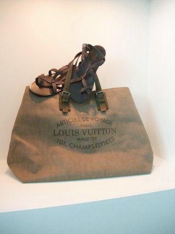 LV春夏男性大包款,具有粗糙仿舊質感,涼鞋則是因應亞馬遜河的熱帶感。圖/LV提供