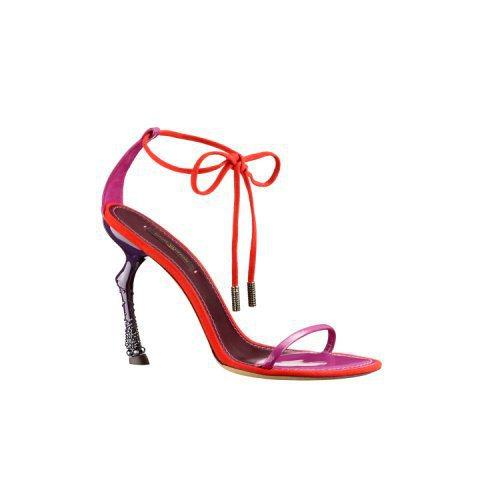 LV春夏女高跟鞋饒富趣味,鞋跟形似動物足蹄。圖/LV提供