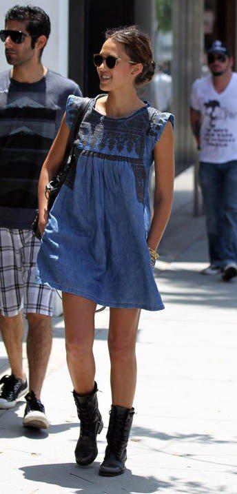 一身丹寧布料Isabel Marant洋裝,讓已經當媽的潔西卡艾芭顯得年輕俏麗。...