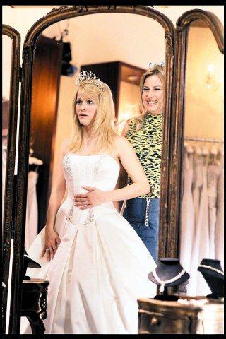 《金法尤物》瑞絲戲裡試的一套白色婚紗,就是Reem Arca無肩式純白長禮服,約...