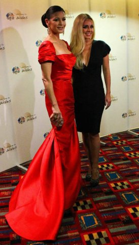 凱薩琳麗塔瓊斯穿著紅色Reem Acra曳地晚禮服,顯得雍容華貴。圖/達志影像提...