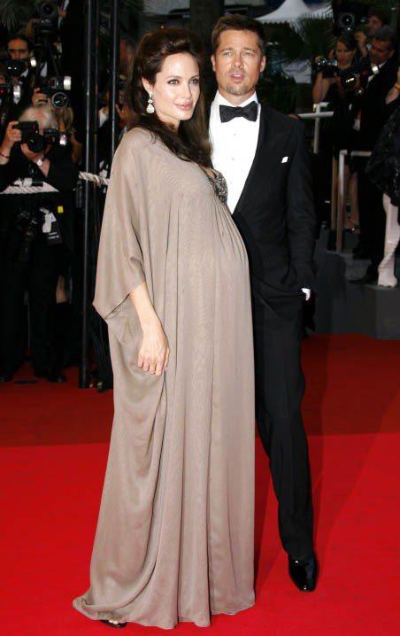 當時身懷雙胞胎的裘莉,身穿駝色Reem Acra禮服參加坎城影展。雖身懷六甲卻依...
