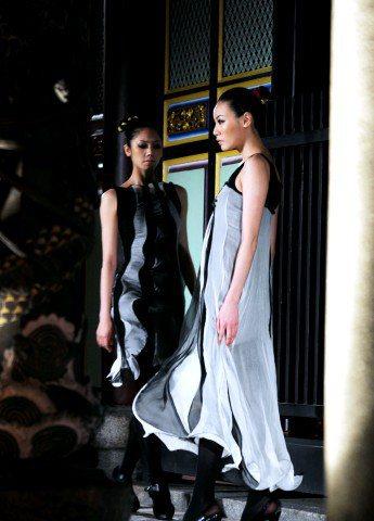 在寒冷的夜裡,模特兒敬業的穿著單薄的服裝在孔廟中走秀。記者邱德祥/攝影