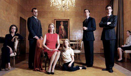 Tilda Swinton身上的紅色洋裝是Jil Sander將自己作品重塑,打...
