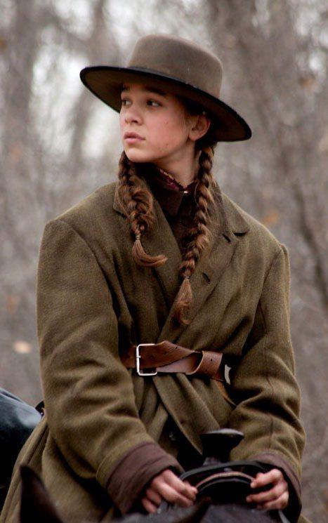 女主角海莉史坦菲德的舊大衣,寬大款式展現家庭背景,頭上牛仔帽展現像是經過風沙摧殘...