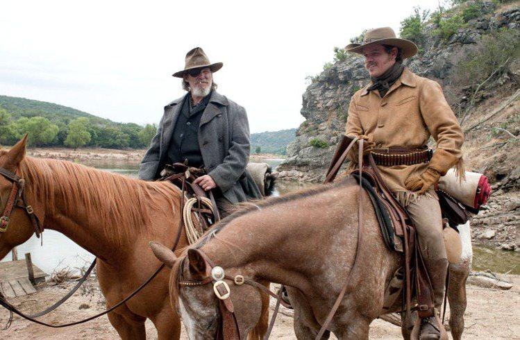 麥特戴蒙等男性角色身上穿著的麂皮夾克與大衣也處處流露濃厚西部風格。圖/達志影像提...