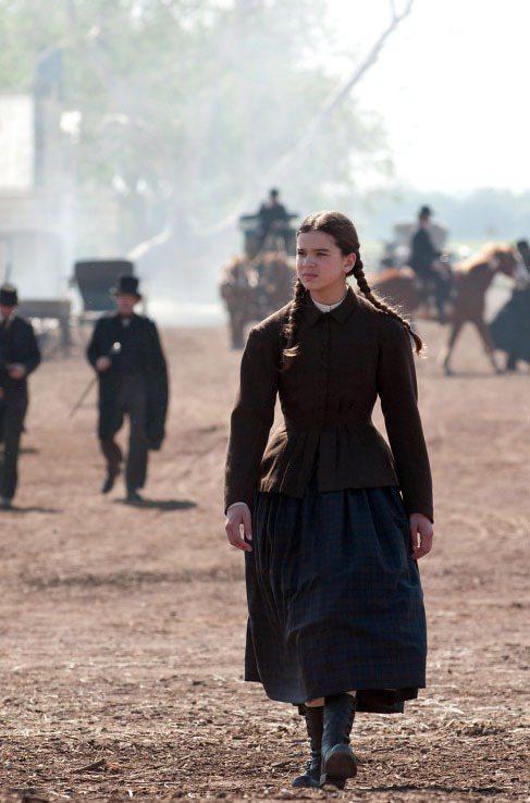 穿著蓬裙的女主角,一頭整齊辮子反映出屬於她那個年紀的單純樸實。 圖/達志影像提...