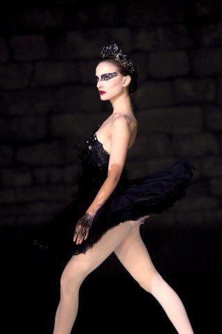 換上黑色舞衣的娜塔莉波曼就像夜晚的魔女般,充滿野心的眼神像是能穿刺人的內心般銳利...