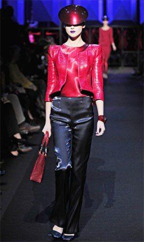 Giorgio Armani用金屬光澤皮革與炫目的飽合色彩營造一股未來感。圖/達...