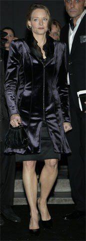 影后茱蒂佛斯特特別身穿一襲Armani藍色絲絨套裝到場看秀。圖/達志影像提供