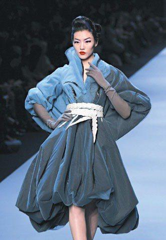 劉雯展示Dior春夏高級訂製服,妝髮也有東方風元素。圖/路透社
