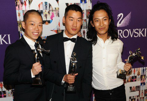 華裔設計師吳季剛(左)和王大仁(右),以及韓裔的Richard Chai,在去年...