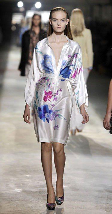 Dries Van Noten緞面長袍式洋裝飄逸滑順, 泫染、潑墨手法將紙上的靜...