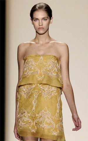 BCBG金黃色刺繡套裝,像改良過後的龍袍一樣神氣威風。圖/達志影像提供