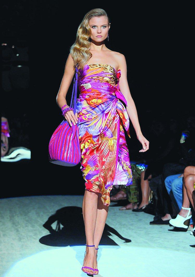 Ferragamo性感又熱情的絲巾洋裝讓人眼睛發亮。圖/新華社