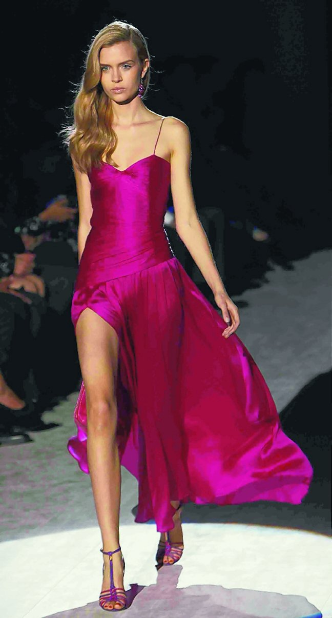 Ferragamo豔色系洋裝充滿女人味。圖/新華社