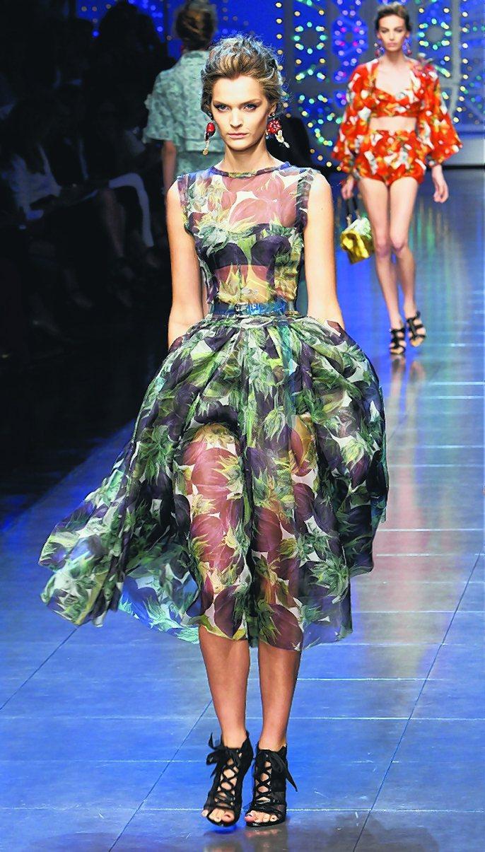 Dolce & Gabbana靈感來自義大利料理,名模們戴上辣椒形狀的耳環。圖/...