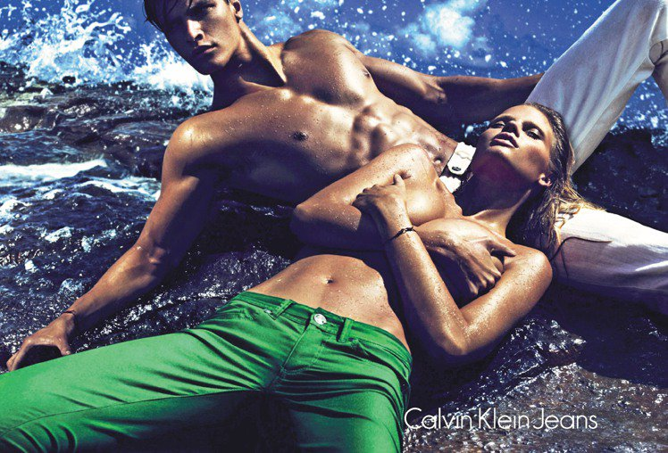 Calvin Klein Jeans找來牙縫超模Lara Stone與男模裸身展...