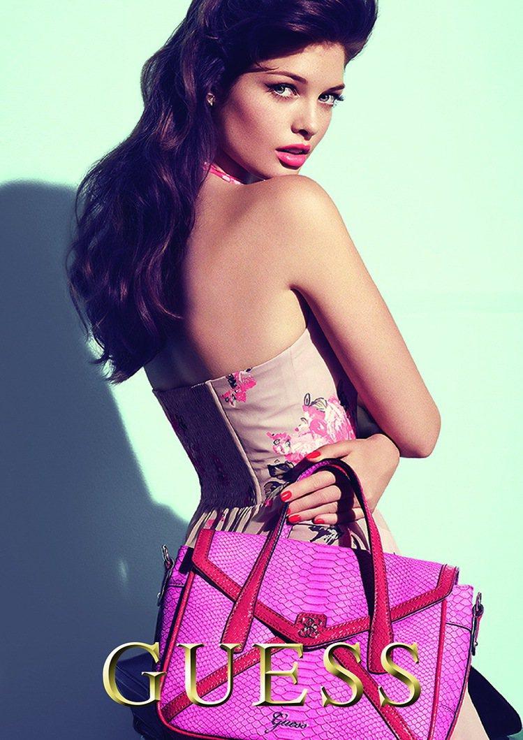 GUESS 2012春夏廣告藉由名模突顯春夏的鮮豔色彩花卉、動物等混合圖案。圖/...