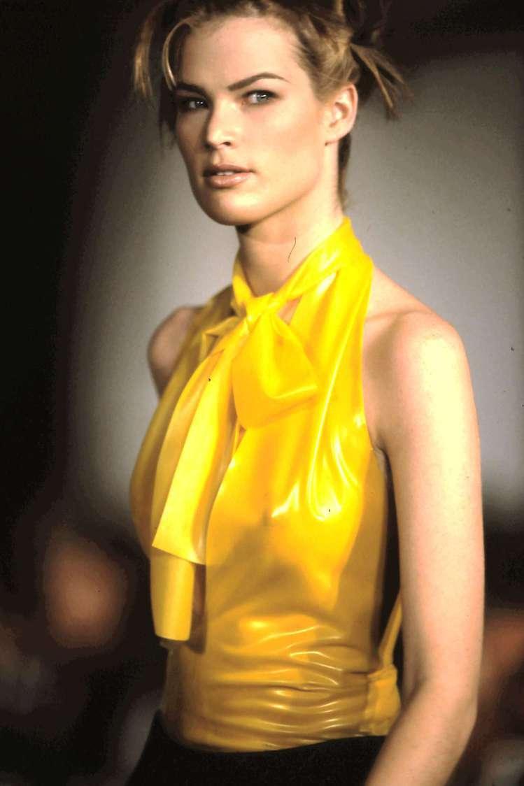 鮮黃色削肩上衣是MARC JACOBS首次發表的主打設計。 圖/MARC JAC...