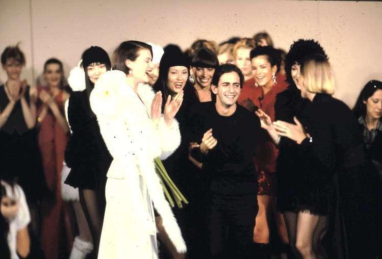 當年的Marc Jacobs(中)以設計新星之姿震撼時尚圈。 圖/MARC JA...