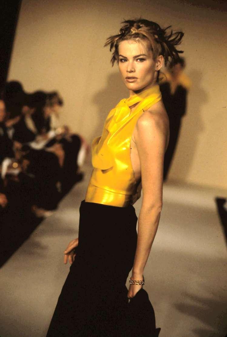 MARC JACOBS於1994年首次舉辦的發表秀,以黃色調貫穿全場。 圖/MA...