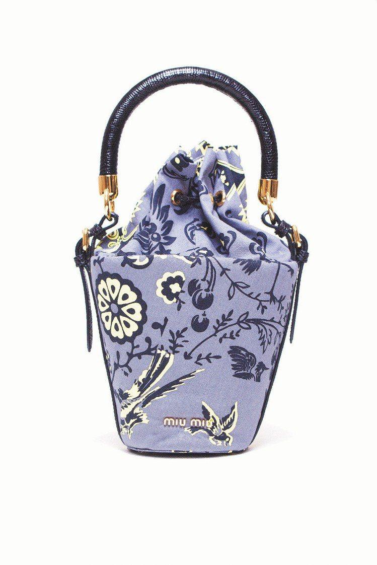 MIU MIU春夏小型手提包、30,000元。圖/MIU MIU提供