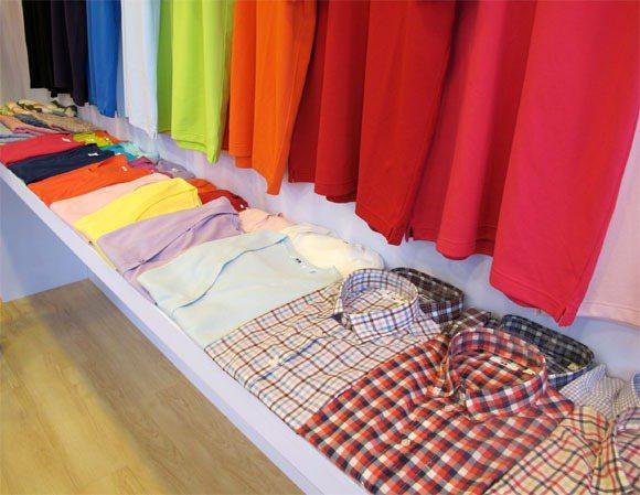 UNIQLO春夏colorful上衣、圍巾。記者吳曉涵/攝影
