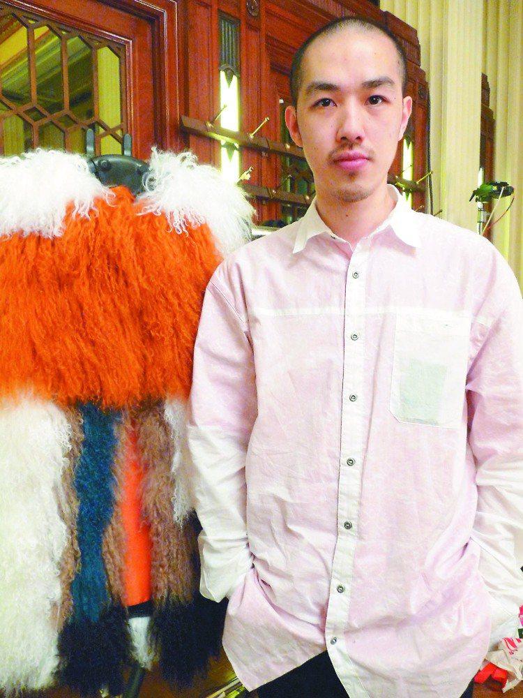 旅英新銳設計師陳劭彥在倫敦服裝周發表新作,將經典的西裝套裝和襯衫,結合運動服元素...