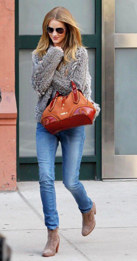 蘿西杭亭頓身穿簡單的灰色毛衣搭淺色窄管褲,高腰褲款與上衣短版剪裁打造出好比例。圖...