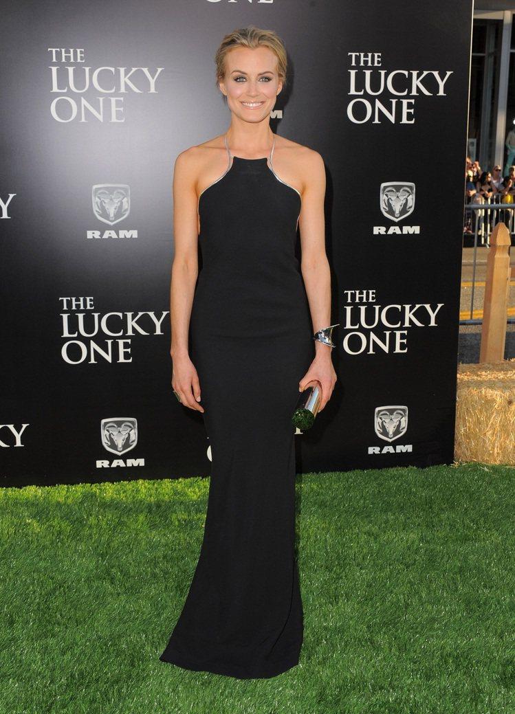 泰勒西林以一身Calvin Klein黑絲質露背洋裝亮相,美麗的熟女氣質讓人驚豔...