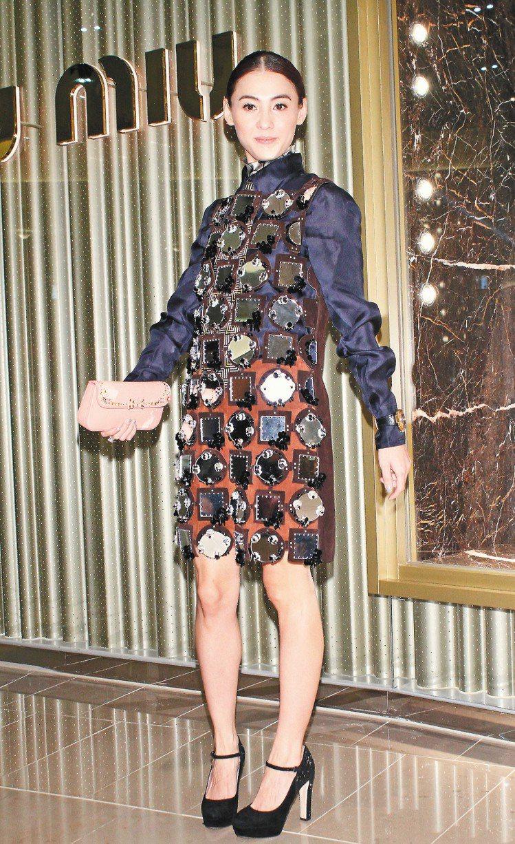 張柏芝走氣質風,穿miu miu秋冬蕾絲鏡面洋裝390,000元、內搭襯衫28,...
