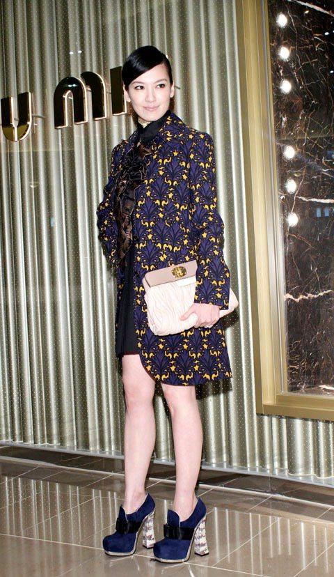 林熙蕾走巴洛克風格,穿miu miu秋冬印花外套87,500元、內搭襯衫28,5...