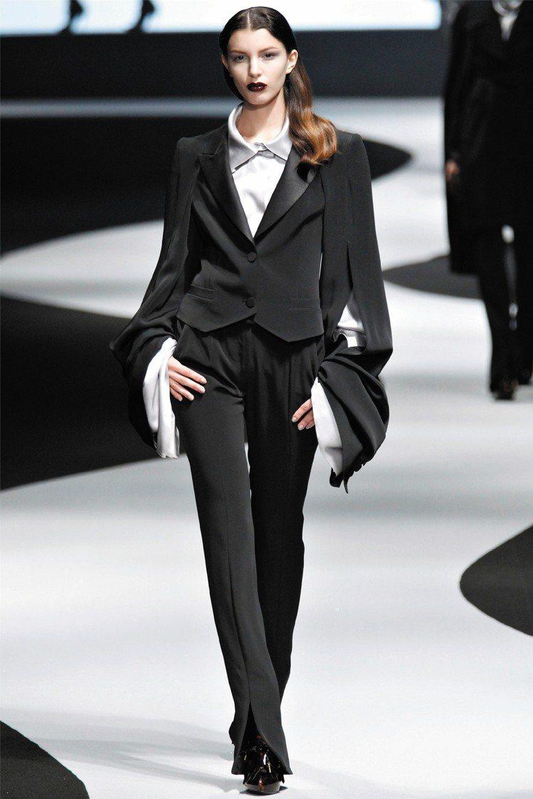 Viktor&Rolf將女款西裝袖子加長加寬,創造出猶如中國戲曲中的水袖造型。圖...