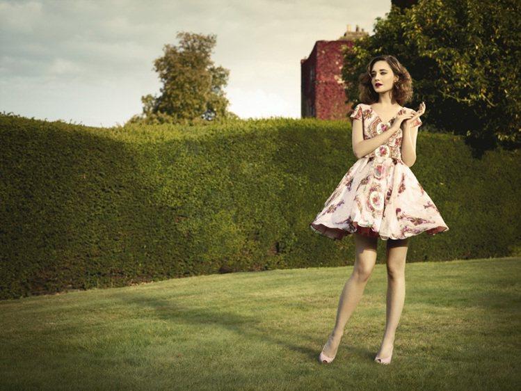 1950年洋裝凸顯了胸線及腰線勾勒出女人味十足的身型 圖/she.com.tw提...