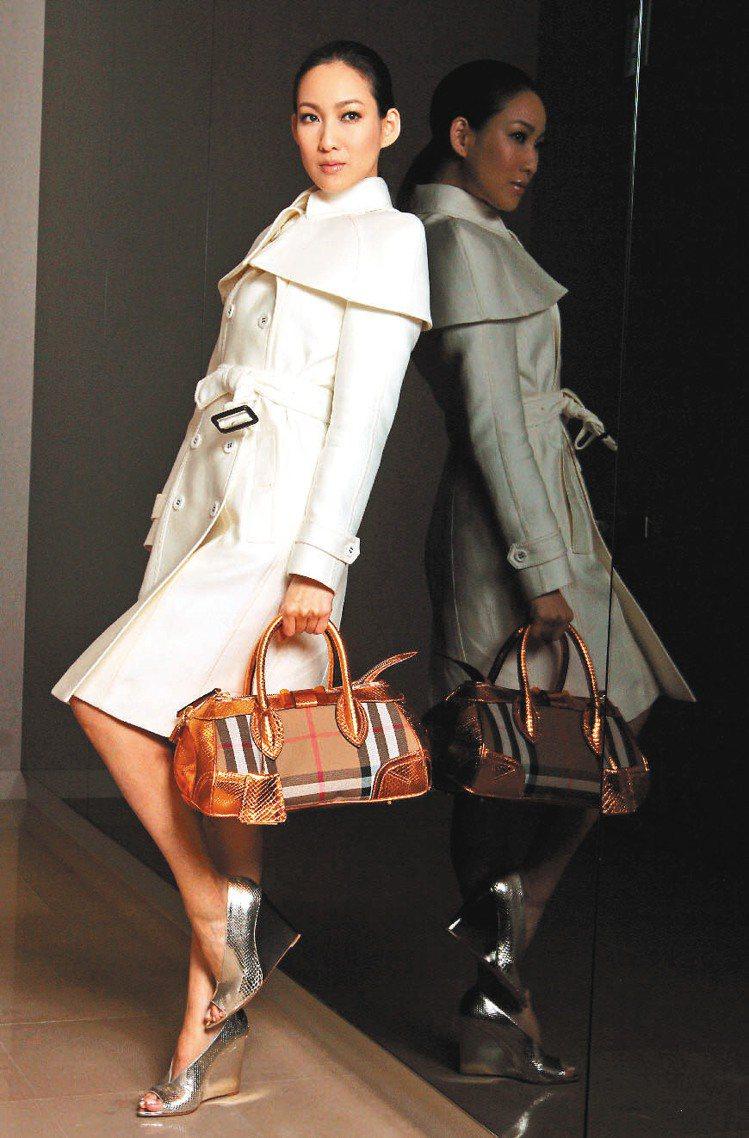 李曉涵身穿可拆式小斗篷,是BURBERRY這一季的主打單品,百搭又時尚。記者胡經...