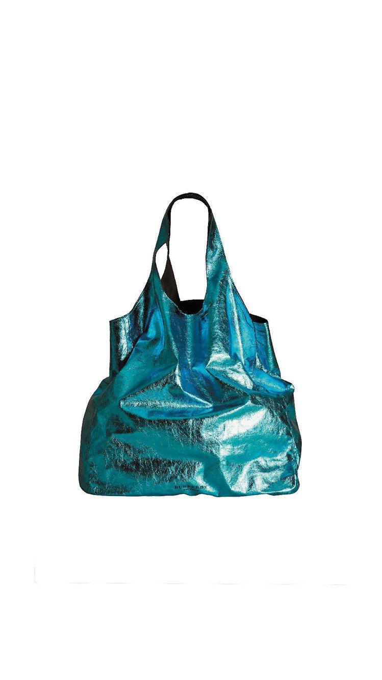 亮面金屬感的男用皮革購物袋。圖/BURBERRY提供
