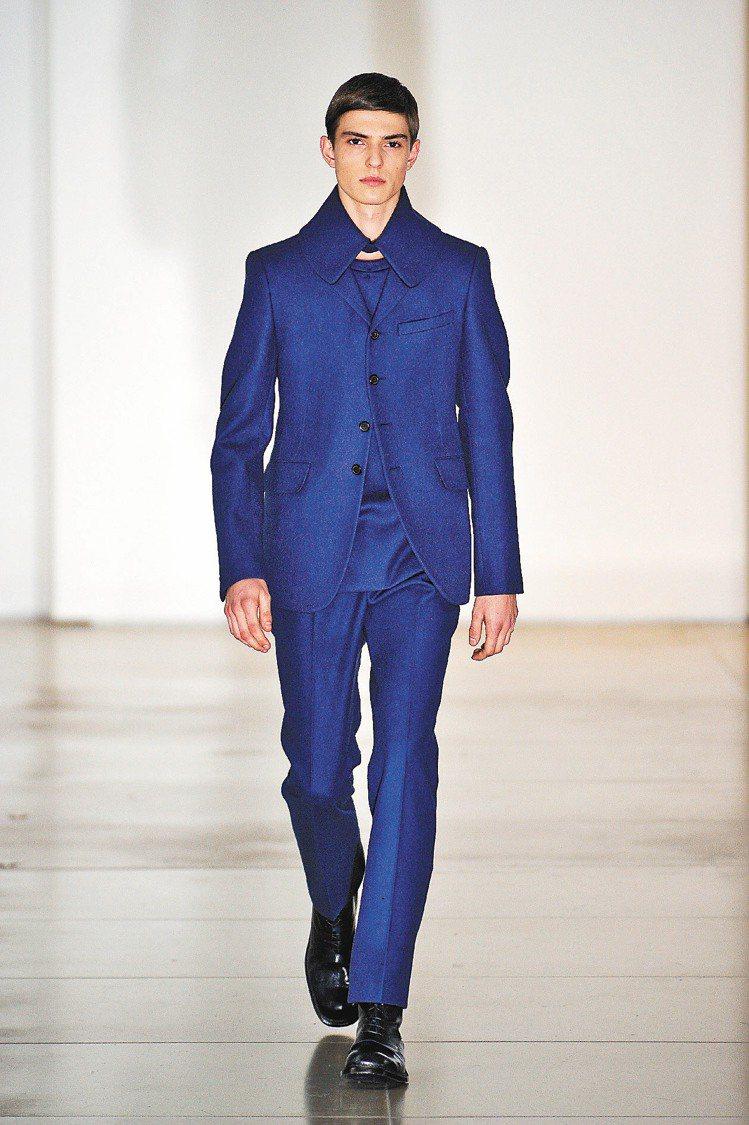 Jil Sander的全身深藍西裝格外搶眼。圖/達志影像