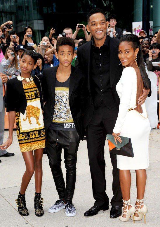 傑登史密斯(左二),一直以來對穿搭就很有自己的想法,他與妹妹魏洛(左一)每次和爸...