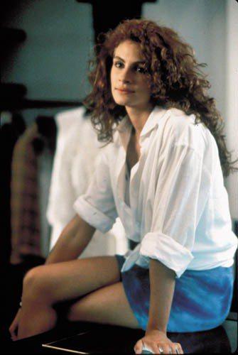 茱莉亞羅勃玆可說是滿足了當時所有少女的幻想,看她穿著李查吉爾的白襯衫,捲上袖子再...
