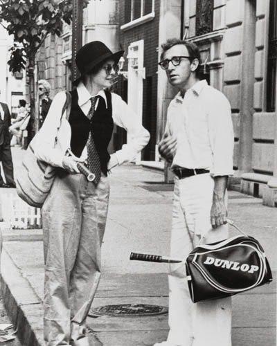 伍迪艾倫的電影《安妮霍爾》嗎?女主角黛安基頓身上的單品,從紳士帽、墨鏡到波卡領帶...