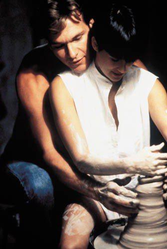 《第六感生死戀》黛咪摩爾身上這件無袖立領白襯衫讓她看起來超有氣勢,配上有型的黑色...