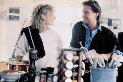 《致命吸引力》的女主角Glenn Close在電影中穿著輕便的白色Sweatsh...