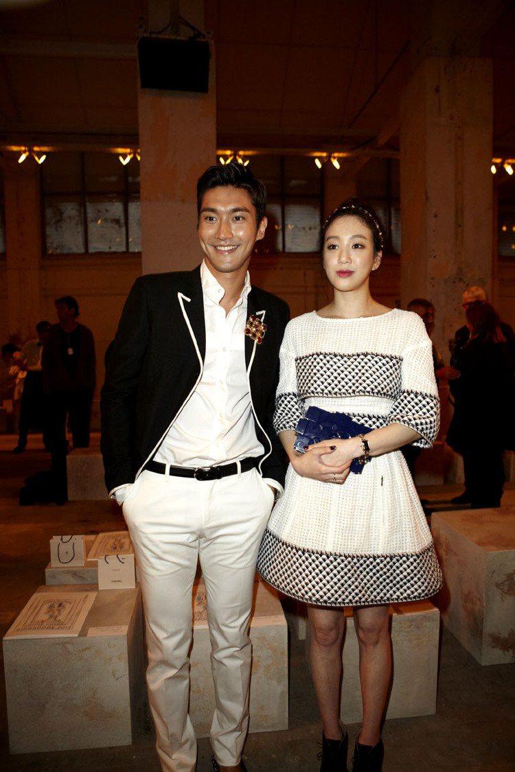Super Junior崔始源(左)、韓星鄭麗媛受邀出席香奈兒大秀,讓VIP為之...