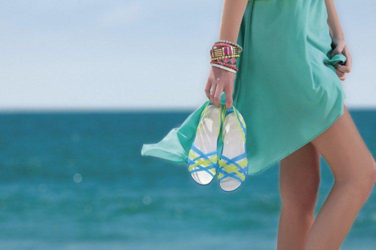 Crocs春夏赫瑞绮系列編織平底鞋。圖/Crocs提供
