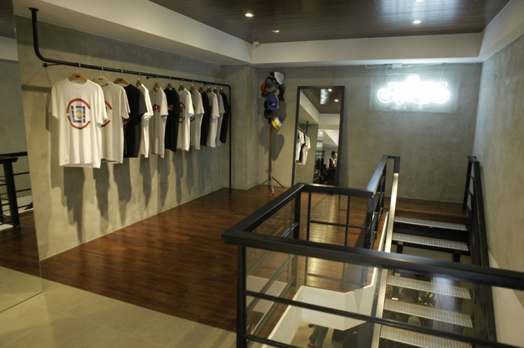 全新的JUICE Taipei 一樓地板和天花板採用同一種材質,彷彿置身於一個上...
